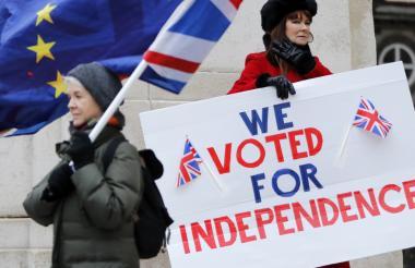 Dos mujeres piden la independencia del Reino Unido de la Unión Europea por medio de un cartel.