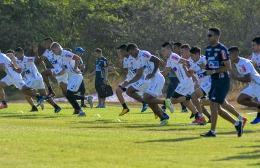 Los jugadores de Junior durante una práctica en Sabanilla bajo las órdenes del preparador físico barranquillero César Gaitán.
