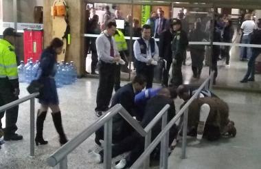 Momentos en que era auxiliado el hombre por socorristas.