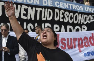Una mujer protesta en contra del actual gobierno de Nicolás Maduro.