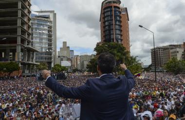 """""""Juro asumir formalmente los poderes ejecutivos nacionales como presidente interino de Venezuela para poner fin a la usurpación"""", declaró Guaidó al proclamarse presidente de Venezuela."""