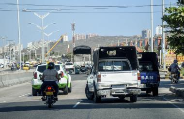 Vista de unas camionetas Dacia que transitan por la avenida Circunvalar.