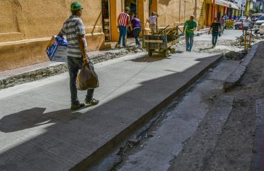 Un peatón camina por un tramo del centro que será peatonalizado.