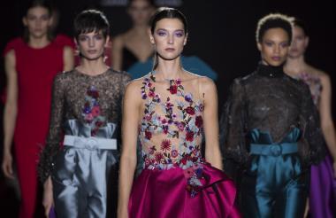 Hannibal Laguna sigue apostando por los vestidos y una amplia paleta de colores en sus desfiles.