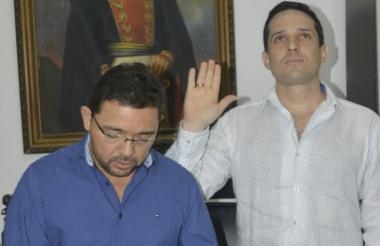 Camilo George se posesionó ante el alcalde Martínez.