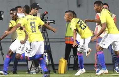Cuesta festeja con sus compañeros el gol que salvó a Colombia de la eliminación.