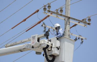 Un contratista de la empresa Electricaribe realiza trabajos de mantenimiento en la redes de energía.