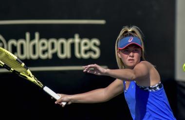 La joven tenista estadounidense Alexa Noel durante su juego de ayer ante su compatriota Kailey Evans.