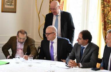 José y Christian Daes, Dominique Azam (de pie), José Restrepo y Gautier Mignot durante la firma en Bogotá.