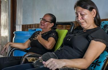 Isabel Orozco (der) y un familiar lloran al recordar a Freddys Echeverría Orozco.