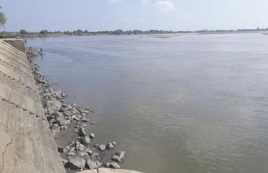 Aspecto del bajo nivel del río Magdalena a su paso por el municipio de El Banco.