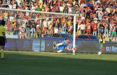 El portero uruguayo Sebastián Viera atajando un cobro del Deportes Tolima.