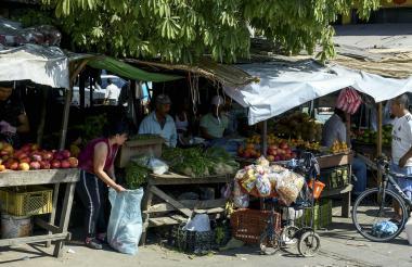 Con plásticos improvisan los techos en los puestos de frutas y verduras en esta calle que conecta con tres plazas de mercado.