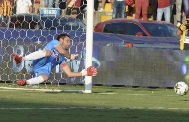El uruguayo Sebastián Viera atajando el cobro de Sergio Mosquera, defensa central del Tolima.