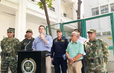 Camilo George, secretario de Seguridad y Convivencia, se dirige a la prensa, en Santa Marta.