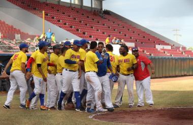 La novena de los Caimanes celebrando su triunfo ante Falcons de Argentina.