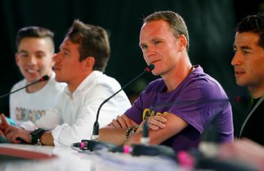 El ciclista británico Chris Froome en conferencia de prensa junto a Rigoberto Urán.