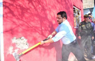 El primer 'monazo' lo dio el alcalde Rafael  Martínez.