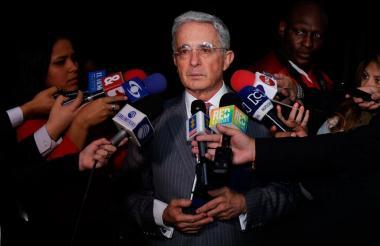 Álvaro Uribe entregando declaraciones.