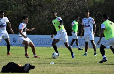 Freddy Hinestroza controla el balón ante la marca de Sebastián Hernández. Observan David Murillo, James Sánchez y Jefferson Gómez.