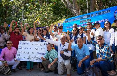Los defensores públicos durante la protesta de ayer.