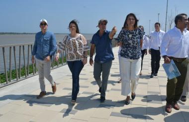 La ministra de Transporte, Ángela María Orozco, el alcalde Alejandro Char, aren Abudinén y el coordinador de asuntos portuario del Distrito de Barranquilla, realizan un recorrido por el Malecón del Río y están viendo las obras que se están llevando a cabo en la ciudad.