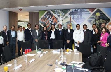 Directivos de Cormagdalena al finalizar la reunión efectuada en Bogotá.