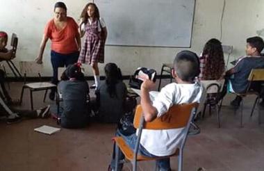 Algunos estudiantes reciben clases en el suelo.