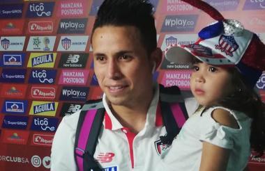 Roger Torres junto a su hija en la zona mixta.