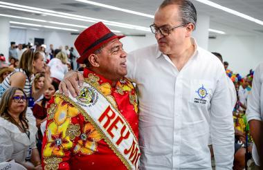 El procurador habla con el rey Momo, Freddy Cervantes.