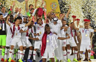 Selección Qatar celebra el título.