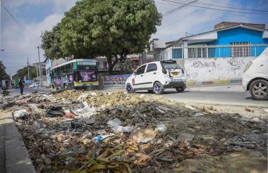 Los vehículos solo pueden transitar por un tramo de la vía. El otro permanece lleno de basura y escombros.