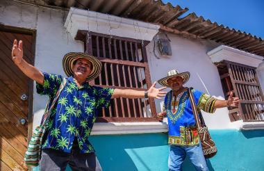 José el 'Pavo' Cassiani (izq.) y Rafael Altamar, quienes fueron reyes Momo, se juntan frente a una casa.