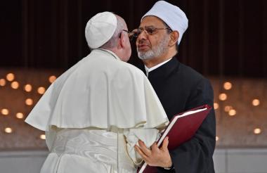 El papa Francisco y Ahmed Muhammad Ahmed el-Tayeb, el Gran Imán de al-Azhar, se saludan este lunes  en la reunión de Fraternidad Humana en Memoria de los Fundadores en Abu Dhabi.