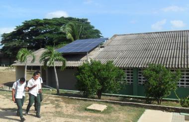 Escuela del corregimiento de Tomarrazón que ya funciona con paneles solares.
