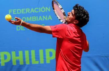 El tenista barranquillero José Bendeck en acción.
