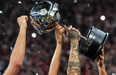 Atlético Paranaense levantó el trofeo de campeón de la Copa Sudamericana tras vencer a Junior en definición por tiros desde el punto penal.