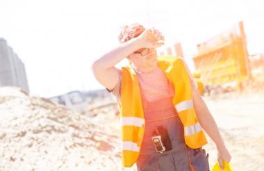 Obrero en jornada con altas temperaturas.