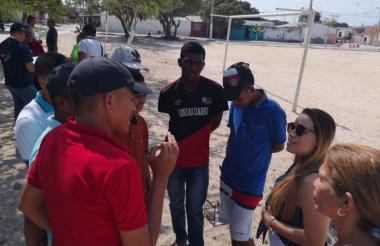 El secretario de Deportes, José Luis Álvarez en socialización con la comunidad del barrio La Luz.
