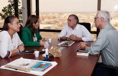La ministra de minas y energía, María Fernanda Suárez, en reunión con el gobernador del Atlántico, Eduardo Verano De la Rosa.