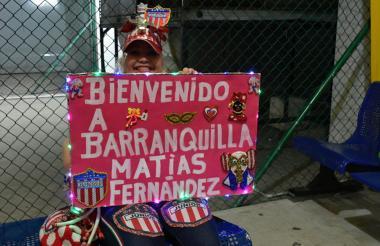 Constanza Arteaga con una pancarta para darle la bienvenida al jugador chileno.