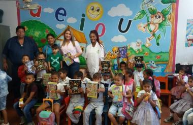 La primera gestora social de Malambo, Liliana Ramírez, en la entrega de los útiles escolares a los niños.