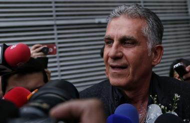 El técnico Carlos Queiroz fue recibido por los medios de comunicación en el aeropuerto El Dorado en Bogotá.