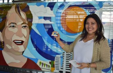 Teresa González, hija de la recordada Esthercita Forero, con la primera tarjeta conmemoratitva por el centenario del natalicio de la cantante y compositora.