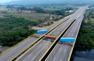Un camión cisterna y dos contenedores fueron colocados por Venezuela en el puente Tienditas, en el paso fronterizo entre Venezuela y Colombia por Cúcuta.