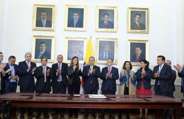 El presidente Iván Duque y su equipo de Gobierno tras la radicación del PND.