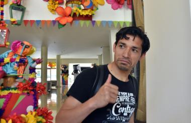 Matías Fernández llegando al hotel luego de practicarse las primeras evaluaciones médicas.