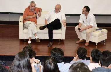 El reconocido periodista Daniel Samper Pizano conversa con el profesor Juan Pablo Ferro, en el acto de apertura de la Maestría en Periodismo Uninorte–EL HERALDO.