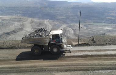 Un camión transporta carbón en Cerrejón.