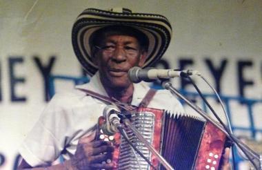 Alejo Durán en una demostración de acordeón en el concurso del Rey Vallenato.